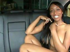 Čudovito velike titted črno dekle jebe v avto, veliki beli petelin