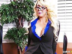 грудастая блондинка милф предлагает ее стажер работу, если он может трахнуть ее прямо