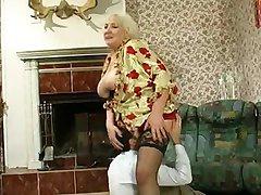 丰满的奶奶耍了