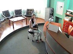 Сексуальный пациент трахнул в зале ожидания в поддельной больнице