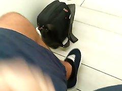 Runka och Cum i en offentlig toalett