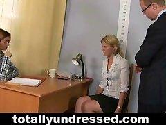 Pinsamt naken anställningsintervju för blond flicka