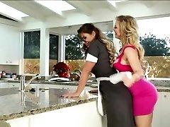 Λεσβίες γλείφουν το μουνί στην κουζίνα
