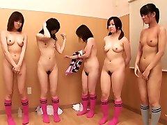 Pet gole bejbe pokažejo svoje dobre kot nalašč telesa