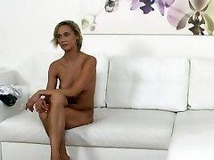 Češka blondinka natakarica jebe v litje