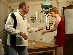 继女的继父可以帮助忘记了他的色情杂志!