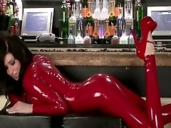 lily i röd latex catsuit
