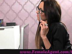 FemaleAgent. Dobro zgrajena stud kaže, amaterski litje spretnosti