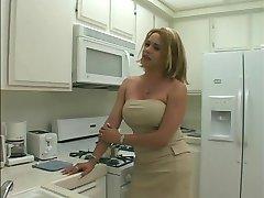 Sexy blonde Transe bekommt Ihren langen, dicken Schwanz gelutscht