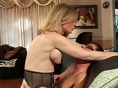 Blonde MILF strips voor tiener kerel, die zuigt haar harde tepels