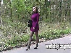 Sexy stiletto fille Donna a incroyable jambes éblouit dans de hauts talons de chaussures fétiche