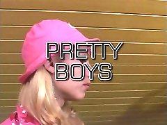 Sexy transvestita v růžové čepici saje a šuká na jídelním stole
