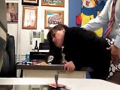 Учитель трахает секретаршу в офисе школы