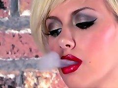 Getatoeëerd Tiener Masturbeert Met Roken