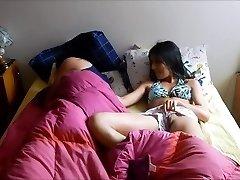 Schritt-Geschwister teilen Bett