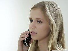 OKNO Petite blondýna dospívající Rachel James první velký černý kohout