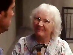 Evet adam yaşlı kadın sahnesi