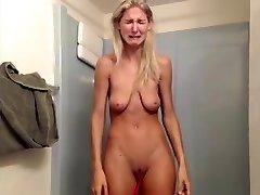 Schlampe mit saggy Titten hat riesige Panne auf livecam
