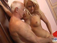 Ung Blondine å ta vare på en bestefar