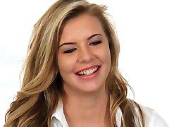 Litje Kavču-X Blond najstnica navdušena, da se v