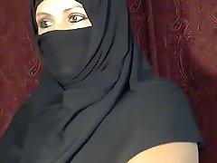 Arabisk Muslimsk flicka blinkar på cam