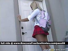 Zwei erstaunliche Schülerinnen gehen zum Lehrer Büro
