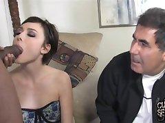 ungdom frun flöden gamla hanrej med en sked svart cum