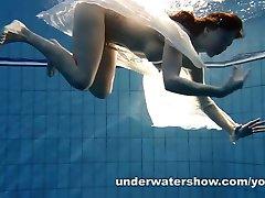 Andrea zeigt schöne Körpers Unterwasser