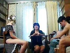 Familien Som Knuller Hverandre, Cums Sammen