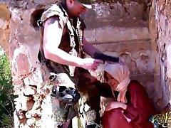 En Arabisk kvinna får ett straff av en soldat