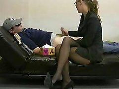 Lady boss masturbeert haar luie werknemer te ontsteken hem aan het werk