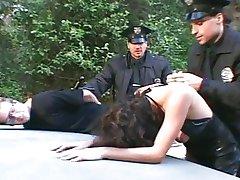 Killen Tittar FLICKVÄN knullad av Två Poliser !