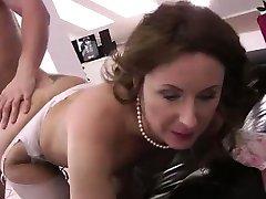 成熟的英国女人长筒袜性交的年轻钉