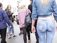 辣的金发女郎穿画在公共牛仔裤