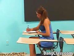 Schulmädchen ruft gefickt in der Klasse