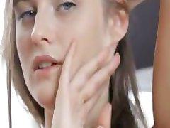 Krankzinnig rondborstige meisje met killer tepels