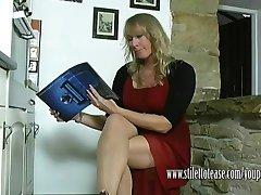 Sıcak ev hanımı çizmeler ona tırmanıyor ve dik naylon bacaklarına takılıyor