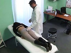Pinte de taille moyenne patient de se faire doigter par son médecin