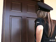 Brazzers - Nagy-cici rendőr Courtney Cummz van baszva & büntetve