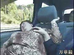 otobüste Asyalı büyükanne