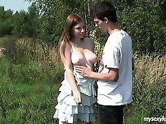 مفلس في سن المراهقة شارلوت يحصل مسمر في الهواء الطلق
