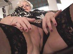 Kurvig och blond gammal i tajt kjol och strumpor remsor