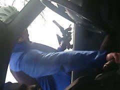 Wielrenner helpt kåta mannen i de auto een handje