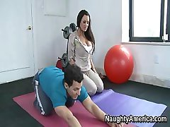 Busty Brunette Trener På Treningsstudio