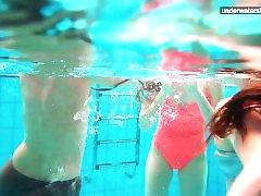 3 Nackte Mädchen haben Spaß im Wasser