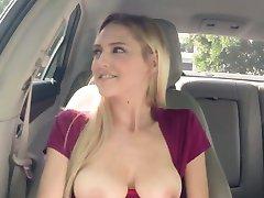 pieptoase blonde laba trage în mașină în public