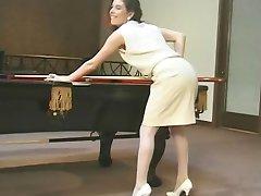 девушка в очках распространяя ее киску и masaging сиськи на стол бассейн