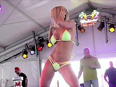 blonda sexy bikini câștigător