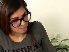 Petite adolescente con gafas es follada