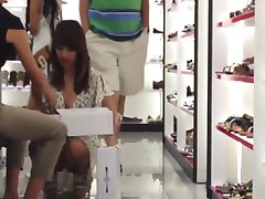 लहंगे में जूते की दुकान सहायक 3